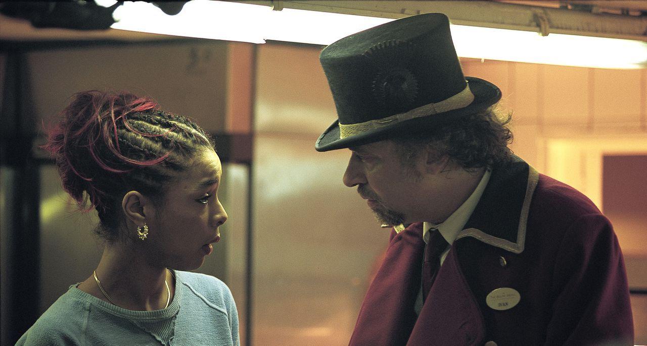 Die junge Prostituierte Juliette (Sophie Okonedo, l.) lebt illegal in London und geht ihrem Gewerbe in dem Hotel nach, in dem Okwe und Senay arbeite... - Bildquelle: Laurie Sparham Miramax Films. All Rights Reserved.