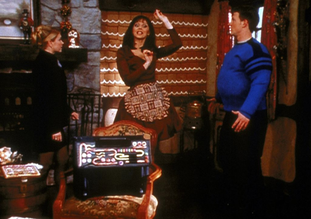 Harvey (Nate Richert, r.) ist durch die Zauberbonbons bei der bösen Hexe (Shelley Long, M.) gelandet. Sabrina (Melissa Joan Hart, l.) versucht, Har... - Bildquelle: Paramount Pictures
