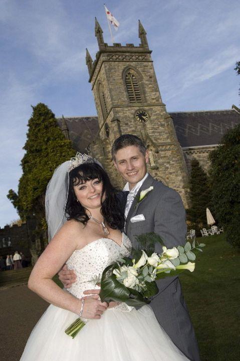 Tracy (l.) und ihr Mann (r.) wollen den Wettkampf um das schönste Hochzeitsfest unbedingt gewinnen ... - Bildquelle: ITV Studios Limited 2010