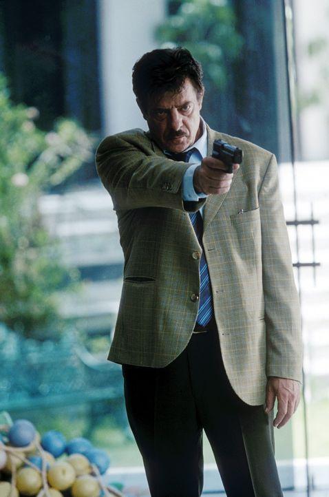 Der ehemalige Interpol-Direktor und Antikidnapping-Boss Miguel Manzano (Giancarlo Giannini) schlägt zwei Fliegen mit einer Klappe: Einerseits will... - Bildquelle: 2004 Epsilon Motion Pictures