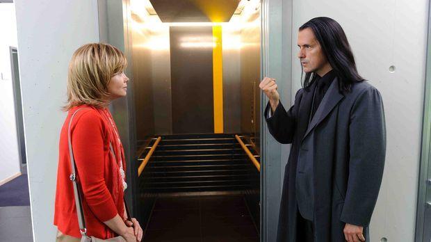 Er ist der Tod (Christoph Maria Herbst, r.) - und Jela (Annette Frier, l.) st...