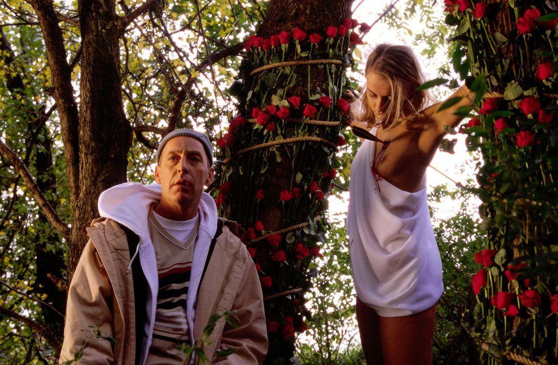 """Der Serienkiller """"Amor"""" hat erneut auf typische Weise zugeschlagen. Polizeibeamter """"Nase"""" (Brian Addinall, l.) muss die Leiche (Grit Scholz, r.) unt... - Bildquelle: Erika Hauri SAT.1"""