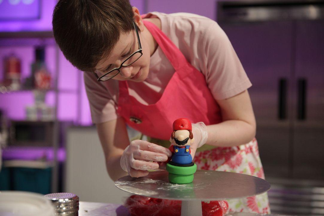 Super Mario als Kuchen? Keine leichte Aufgabe für die Bäcker und auch die Assistenten wie Lauren Coffin ... - Bildquelle: 2015, Television Food Network, G.P. All Rights Reserved