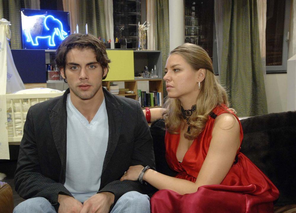 Katja (Karolina Lodyga, r.) stellt Jonas (Roy Peter Link, l.) beim Flaschendrehen die Gretchenfrage. Doch was wird er antworten? - Bildquelle: Sat.1