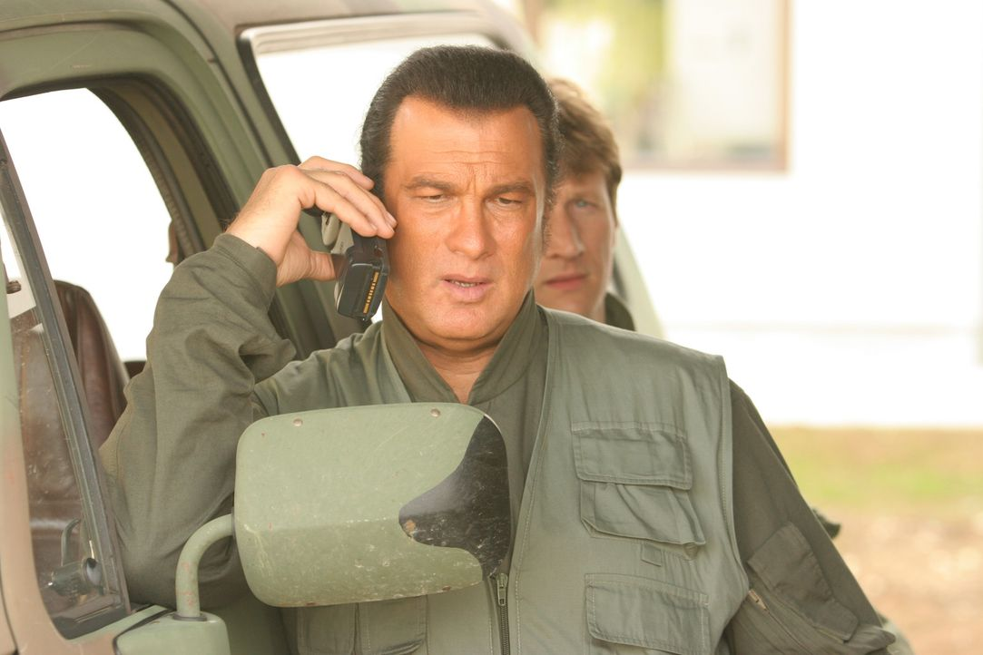 Die Rebellenarmee der boshaften Eliana ist ihm dicht auf den Fersen: John Sands (Steven Seagal) ... - Bildquelle: Copyright   2007 Pueblo Film Distribution Limited. All Rights Reserved.