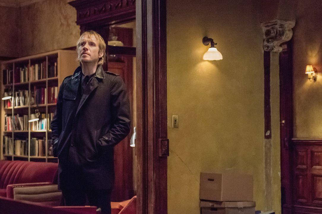 Mycroft (Rhys Ifans) wird von Sherlock aufs Schwerste beschuldigt: Er sieht ihn als den Verantwortlichen für Watsons Entführung, weil er nichts dage... - Bildquelle: CBS Television