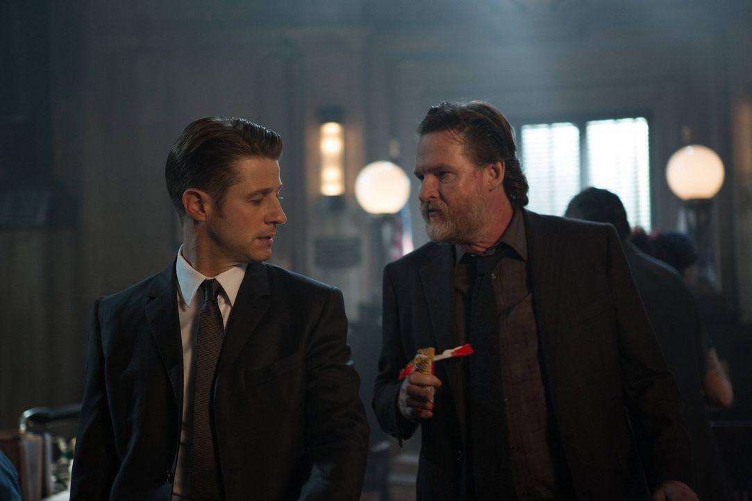 Im Kampf gegen das Böse in Gotham City: Gordon (Ben McKenzie, l.) und Bullock (Donal Logue, r.) ... - Bildquelle: Warner Brothers