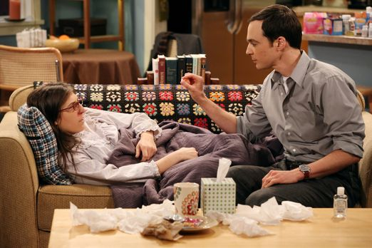 The Big Bang Theory - Während Sheldon (Jim Parsons, r.) sich um Amy (Mayim Bi...