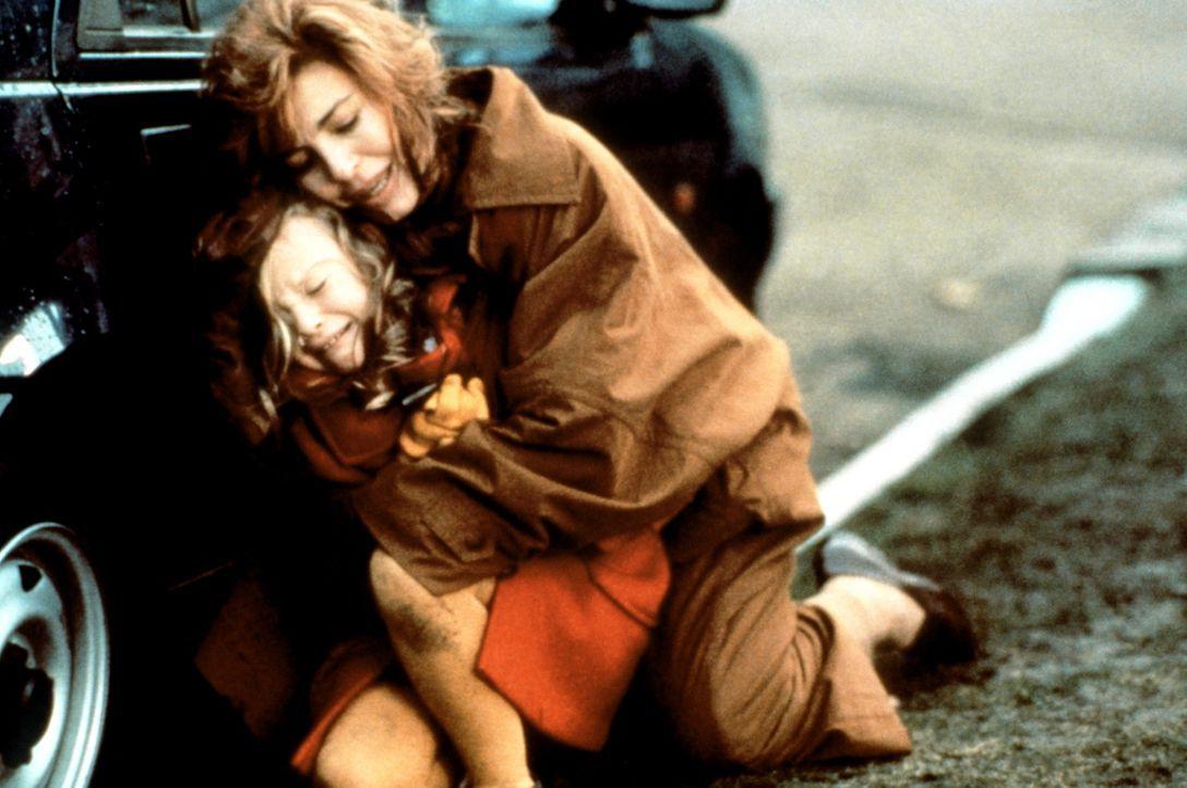 Bei ihrem Aufenthalt in London geraten Cathy (Anne Archer, r.) und ihre kleine Tochter Sally (Thora Birch, l.) in einen Terroranschlag ... - Bildquelle: Paramount Pictures