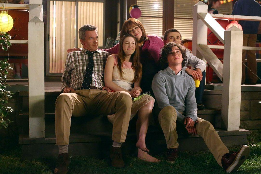 (v.l.n.r.) Mike (Neil Flynn); Sue (Eden Sher); Frankie (Patricia Heaton); Axl (Charlie McDermott); Brick (Atticus Shaffer) - Bildquelle: Warner Brothers