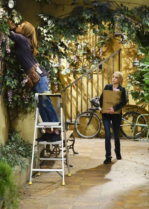 Noch ahnen Bonnie (Allison Janney, l.) und Christy (Anna Faris, r.) nicht, dass sie schon bald mit der neuen Hausbesitzerin aneinandergeraten werden... - Bildquelle: 2018 Warner Bros.