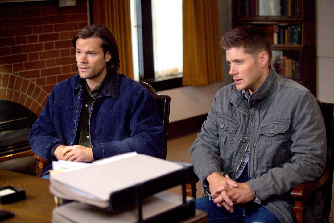 Als die Kirchenaufseherin Sam (Jared Padalecki, l.) und Dean (Jensen Ackles, r.) eine Urkunde unterschreiben lässt, die ihnen angeblich ihre Jungfrä... - Bildquelle: 2013 Warner Brothers