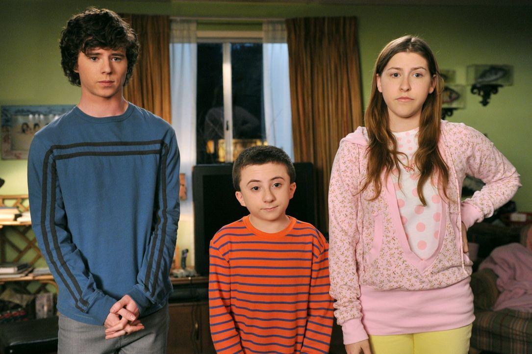 Axl (Charlie McDermott, l.), Brick (Atticus Shaffer, M.) und Sue (Eden Sher, r.) suchen das Gespräch mit ihren Eltern, weil sie finden, dass Frankie... - Bildquelle: Warner Brothers