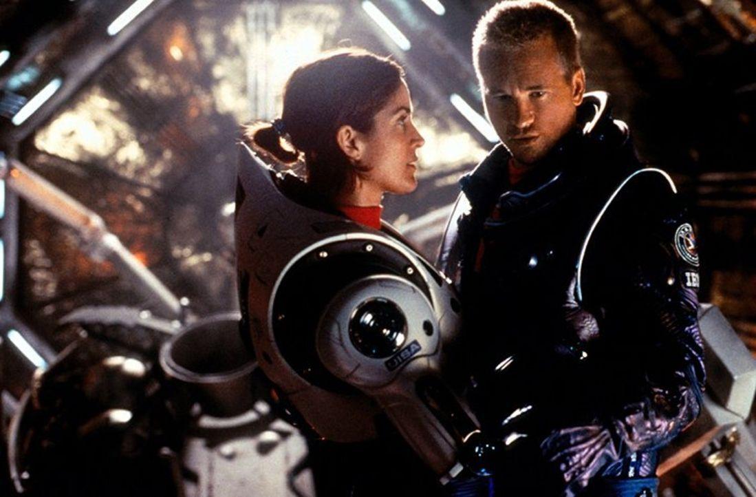 Was läuft wirklich zwischen Gallagher (Val Kilmer, r.) und seiner Vorgesetzten Commander Bowman (Carrie-Anne Moss, l.)? - Bildquelle: Warner Bros. Entertainment Inc.