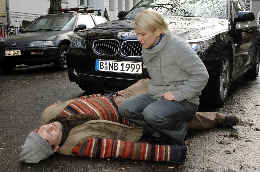 Anna (Jeanette Biedermann, r.) läuft ein Passant (Andreas Genschmar, l.) vor das Auto und lehnt strikt jegliche Hilfe ab - Bildquelle: Oliver Ziebe Sat.1