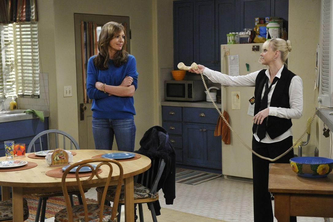 Christy (Anna Faris, r.) hat genug mit ihrer neuen Stelle zu tun, während ihre Mutter Bonnie (Allison Janney, l.) mit ihrem Erzfeind kämpfen muss ..... - Bildquelle: Warner Bros. Television