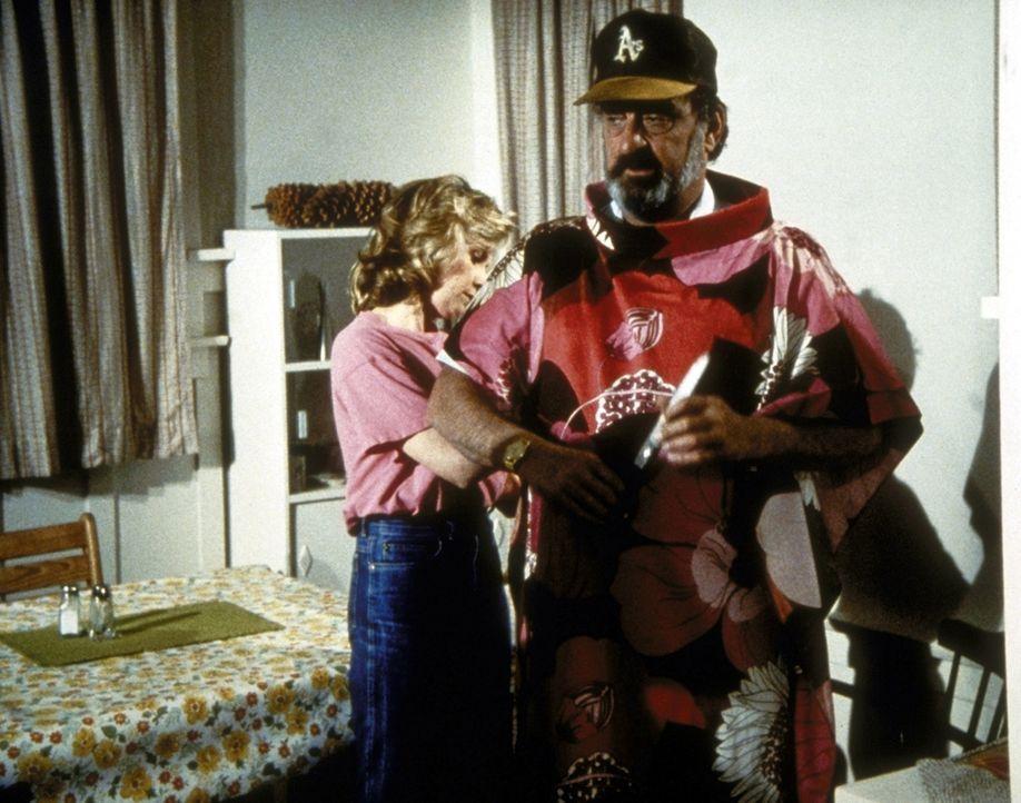 Mark (Victor French, r.) steht Modell für das Kleid, das Peggy (Dianne Hull, l.) für ihre Schwiegermutter näht. - Bildquelle: Worldvision Enterprises, Inc.