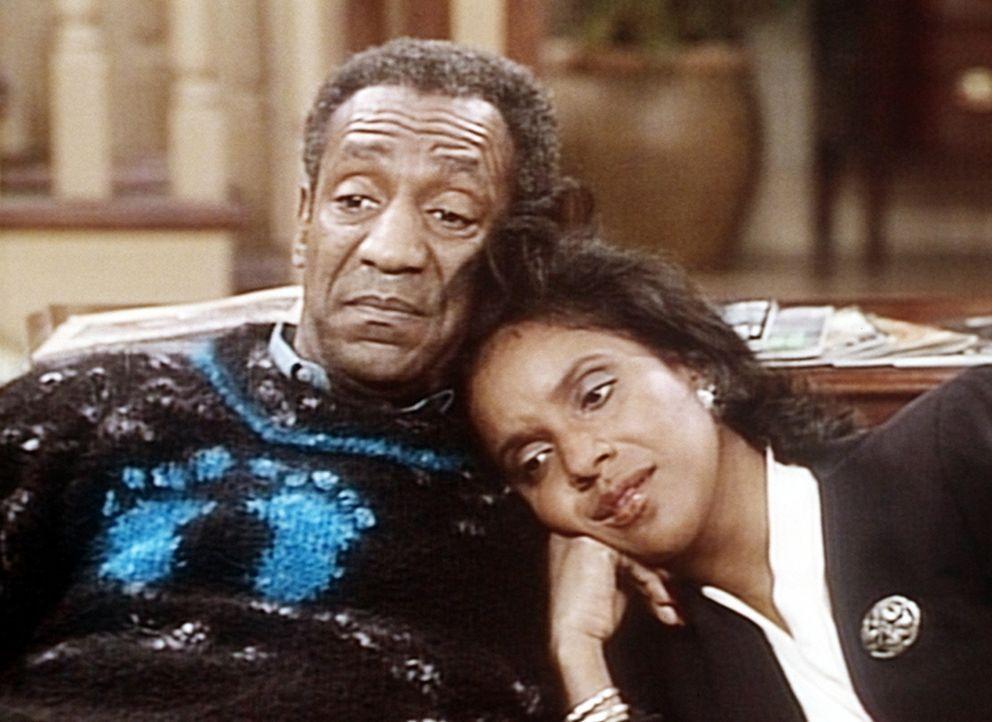 Cliff (Bill Cosby, l.) und Clair (Phylicia Rashad, r.) sehen die Nachrichten des Tages und sehnen sich nach dem Land aus Rudys Märchen. - Bildquelle: Viacom