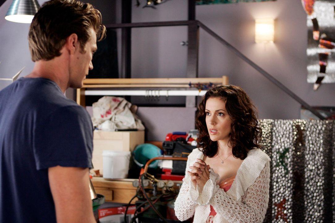 Obwohl Phoebe (Alyssa Milano, r.) weiß, dass Dex (Jason Lewis, l.) nichts mehr mit ihr zu tun haben möchte, muss sie ihm noch etwas wichtiges sagen... - Bildquelle: Paramount Pictures