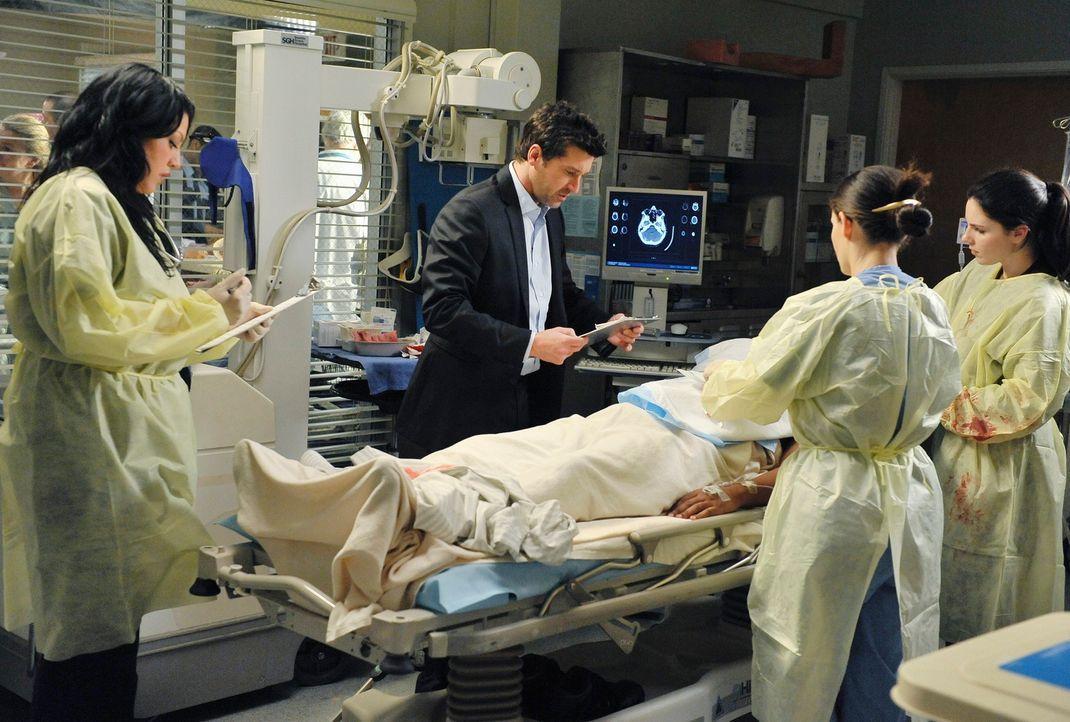 Derek (Patrick Dempsey, 2.v.l.) und Callie (Sara Ramirez, l.) behandeln einen Patienten, der bei einem Dacheinsturz in einem Restaurant schwer verle... - Bildquelle: Touchstone Television