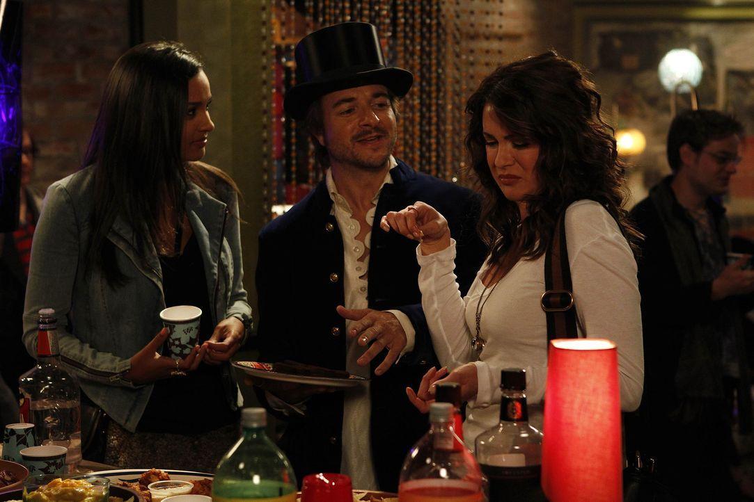 Ein Abend der besonderen Art: Riley (Jessica Lucas, l.), Trey (Jeremy Kent Jackson, M.) und Sara (Danneel Ackles, r.) ... - Bildquelle: NBC Universal, Inc.