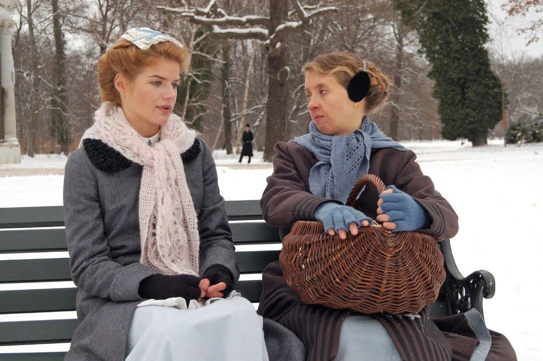 Auch Guste (Anna Böttcher, r.) will um jeden Preis verhindern, dass Anna (Annekathrin Bach, l.) ihre Arbeitsstelle wechselt. - Bildquelle: Aki Pfeiffer Sat.1
