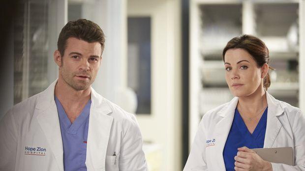 Joel (Daniel Gillies, l.) und Alex (Erica Durance, r.) müssen sich um einen P...