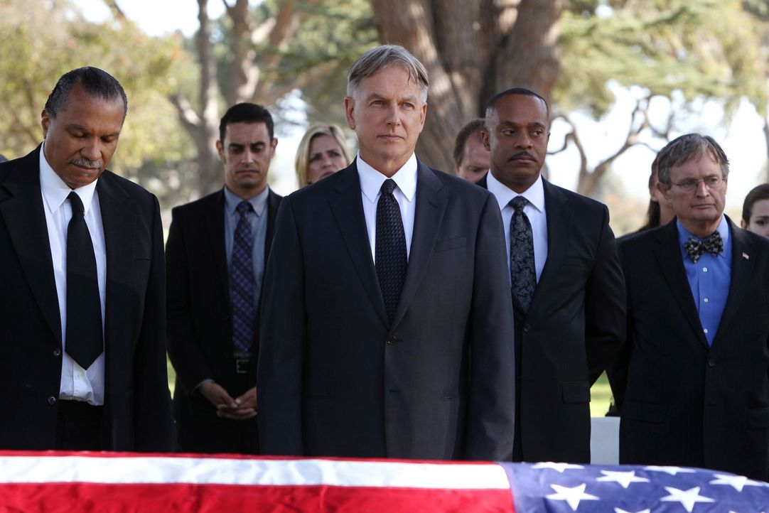 Ein schwerer Weg: Gibbs (Mark Harmon, vorne M.) bei der Beisetzung seines Vaters. Freunde und Weggefährten stehen ihm zur Seite: Leroy Jethro Moore... - Bildquelle: CBS Television