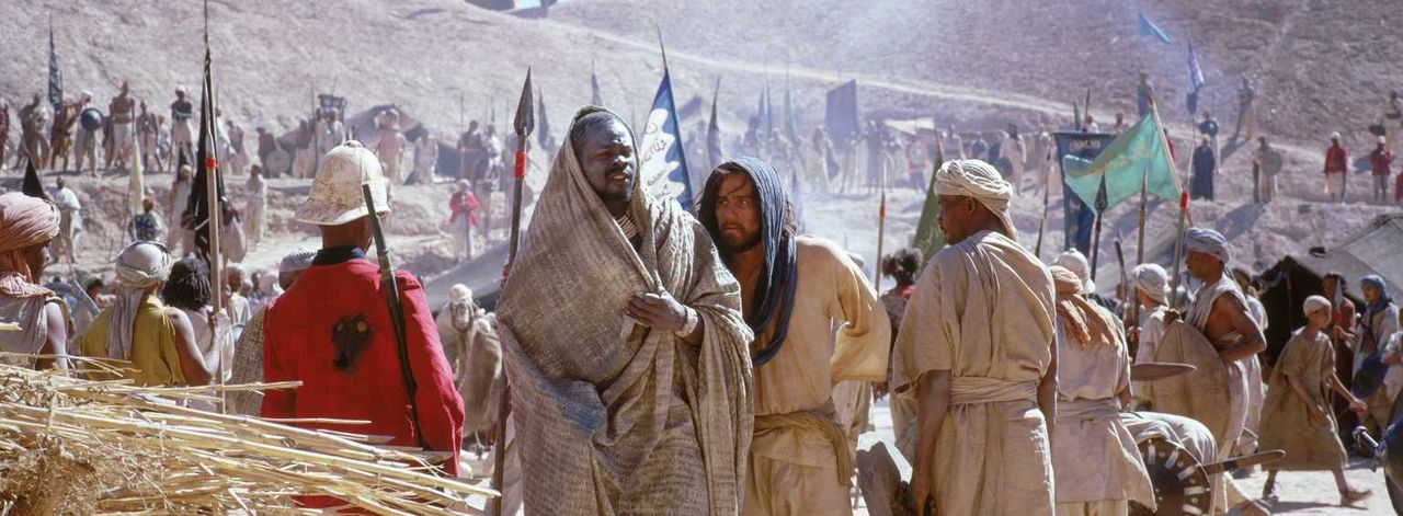 Gemeinsam mit Abou Fatma (Djimon Hounsou, l.) macht sich der als Araber gekleidete Harry Faversham (Heath Ledger, r.) daran, seinen Freunden beizust... - Bildquelle: Jaap Buitendijk Concorde Filmverleih. All rights reserved.