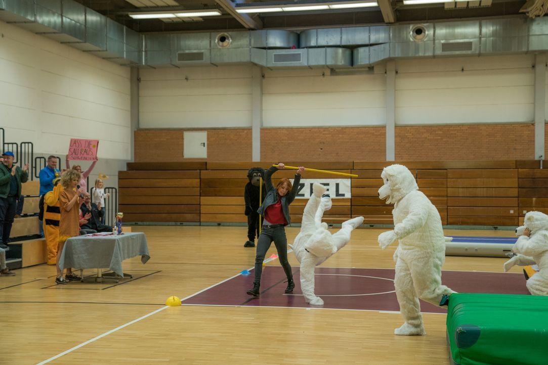 Als Schüsse fallen, wird die Maskottchen-Olympiade zur wilden Verfolgungsjagd. Elena (Annika Ernst (M.) schreitet ein ... - Bildquelle: Wolfgang Ennenbach SAT.1