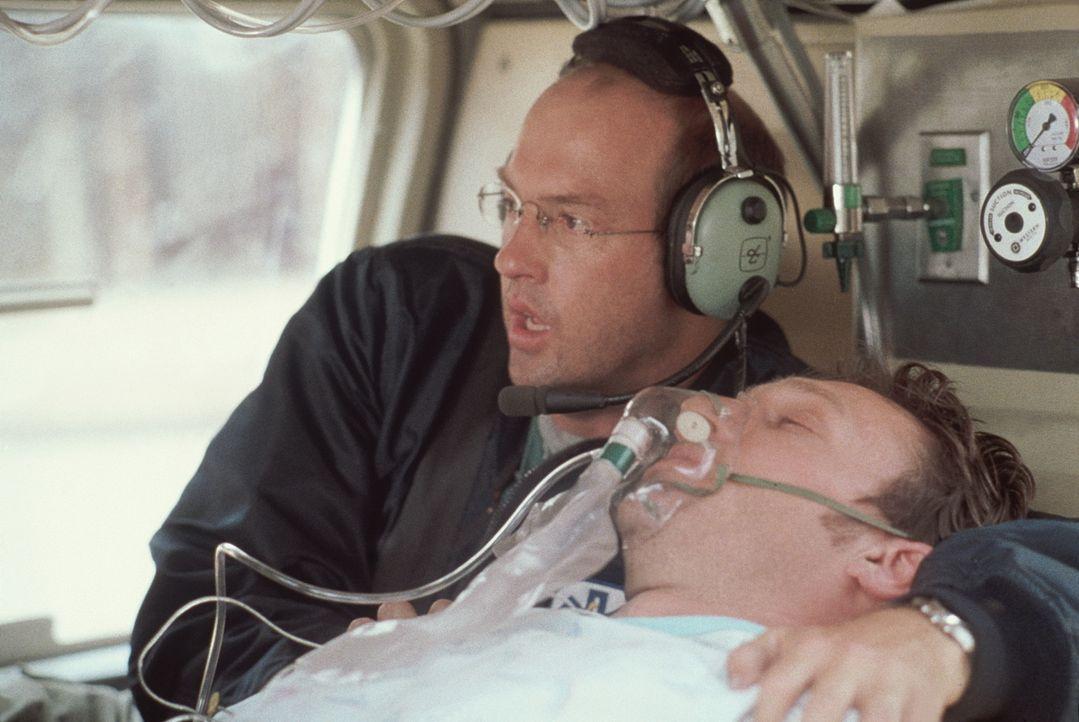 Höchste Alarmstufe: Greenes (Anthony Edwards, l.) Patient bekommt im Rettungshubschrauber einen Herzinfarkt. - Bildquelle: TM+  2000 WARNER BROS.