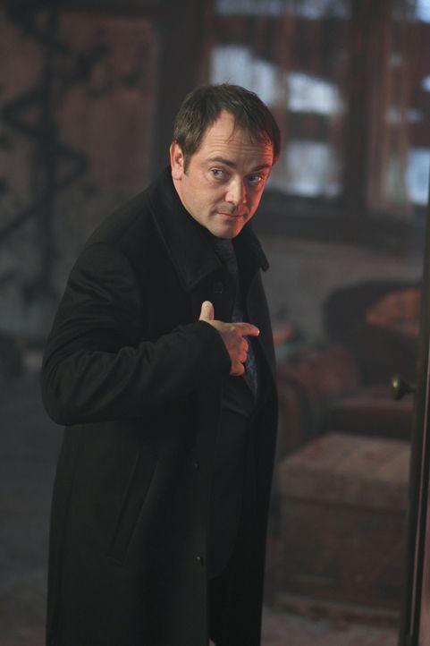 Bietet Dam und Dean seine Hilfe an: Crowley (Mark Sheppard) ... - Bildquelle: Warner Brothers