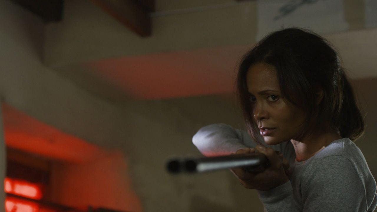 Mit der Waffe in der Hand gelingt es Kate (Thandie Newton), von Jack die Wahrheit zu erfahren. Oder ist es schon wieder eine riesige Lügengeschichte? - Bildquelle: 2011 Sony Pictures Television Inc. All Rights Reserved.