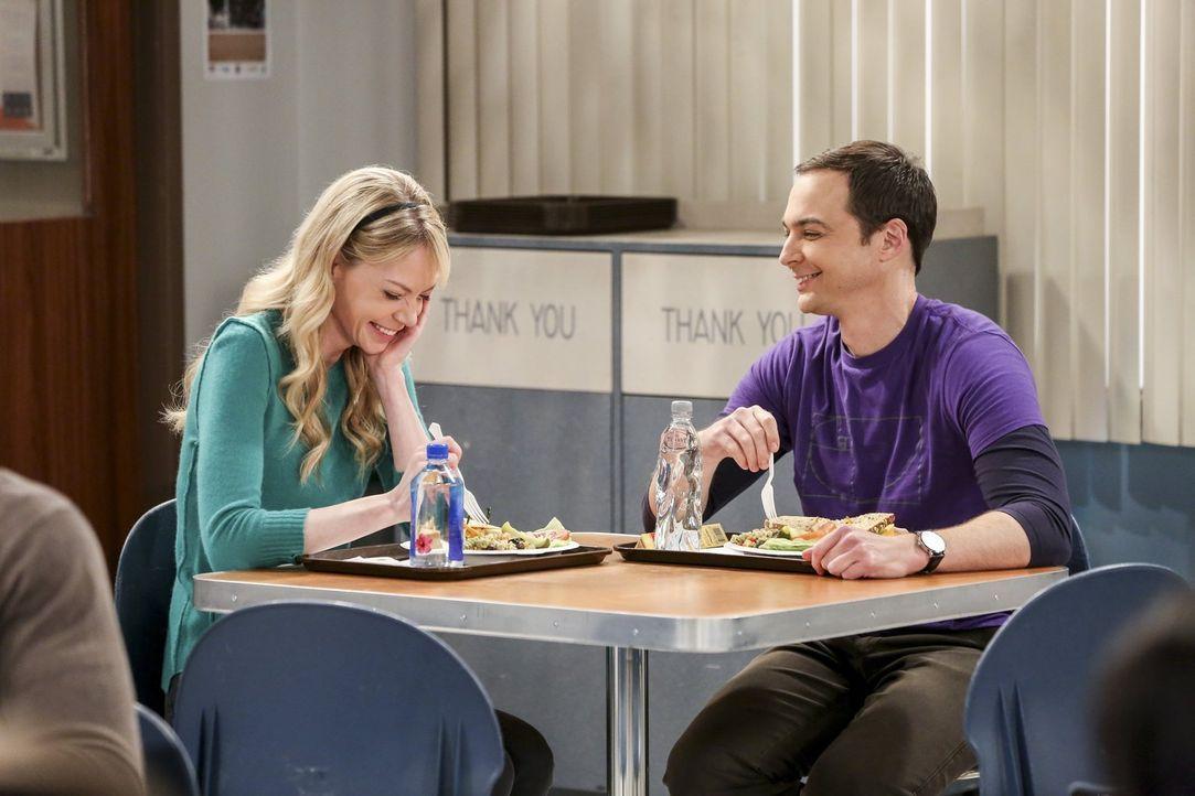Beim gemeinsamen Mittagessen knistert es zwischen Sheldon (Jim Parsons, r.) und Ramona (Riki Lindhome, l.) ... - Bildquelle: 2016 Warner Brothers