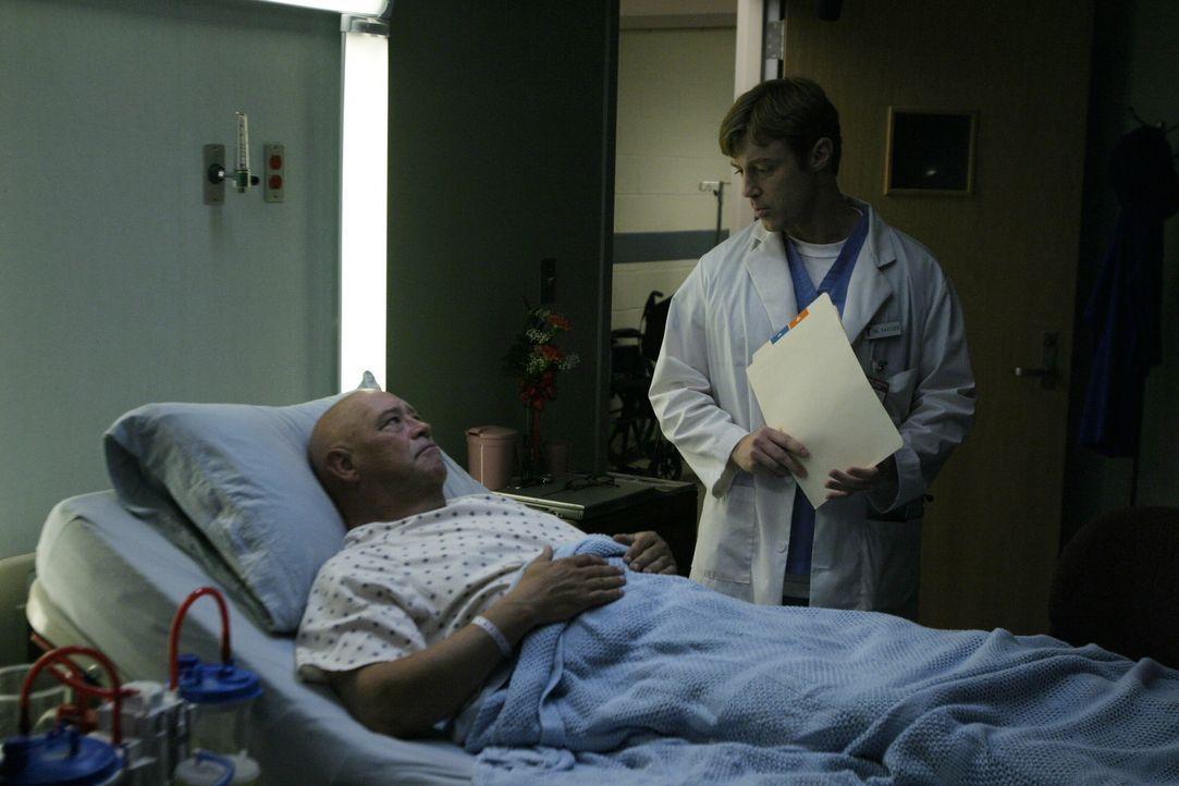 Coach Whitey (Barry Corbin, l.) muss mich mit einer schrecklichen Nachricht fertig werden: Der Tumor drück auf sein Gehirn! - Bildquelle: Warner Bros. Pictures