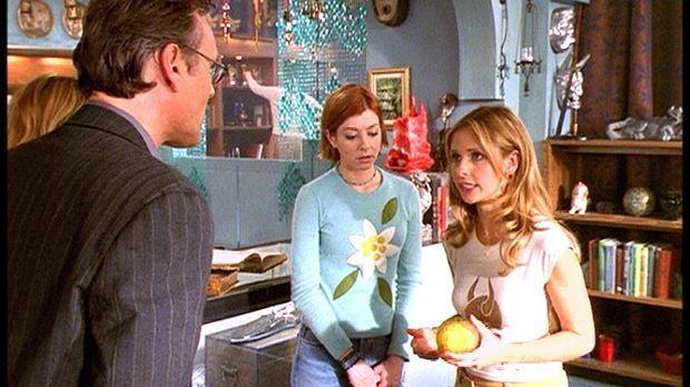 Buffy (Sarah Michelle Gellar, r.) erklärt Willow (Alyson Hannigan, M.) und Gi...