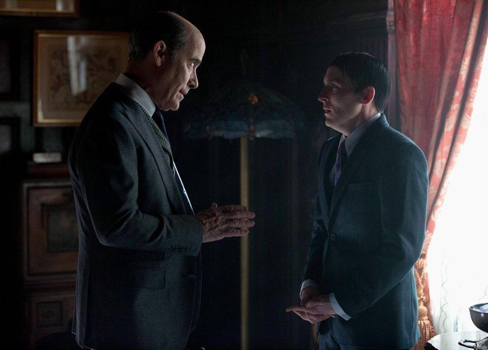 Penguin (Robin Lord Taylor, r.) macht sich Sorgen um seinen Vater, doch kann der Doktor (Robert Emmet Lunney, l.) ihm noch helfen? - Bildquelle: Warner Brothers
