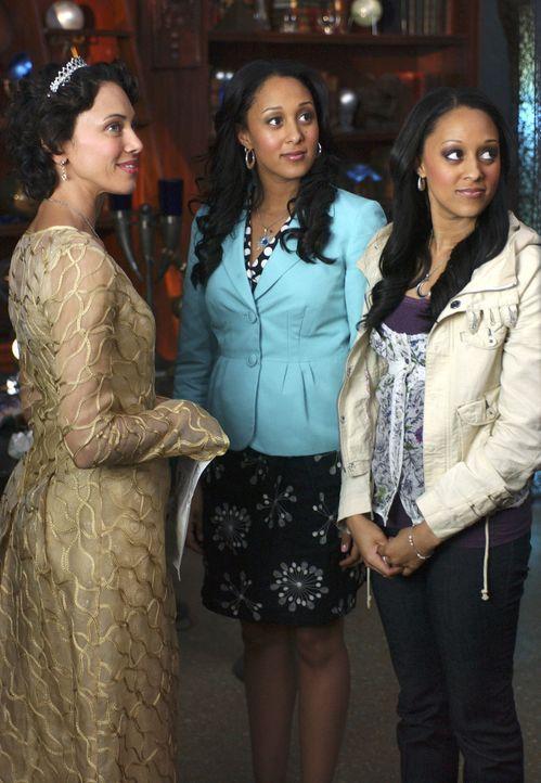 Mit der Hilfe ihrer Mutter Emily (Karen Holness, l.) begeben sich die Zwillingshexen Camryn (Tamera Mowry, M.) und Alex (Tia Mowry, r.) auf die gefa... - Bildquelle: Disney - ABC - ESPN Television
