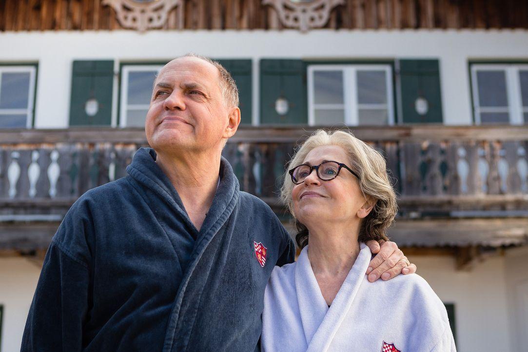 Udo Honig (Uwe Ochsenknecht, l.) weiß nicht, dass seine Frau Marion (Gisela Schneeberger, r.) unter keinen Umständen will, dass ihr Mann wieder in F... - Bildquelle: Arvid Uhlig SAT.1