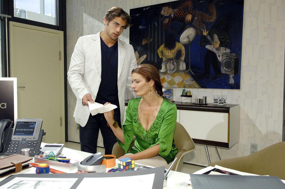 Jonas (Roy Peter Link, l.) ahnt nicht, dass Natascha (Franziska Matthus, r.) von Gerrit unter Druck gesetzt wird - sie soll ihn wieder in den Chefse... - Bildquelle: Sat.1