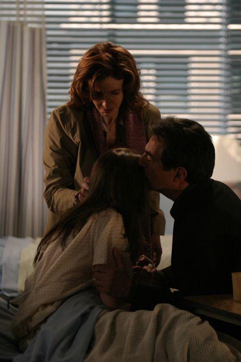 """Joan (Amber Tamblyn, M.) bricht in der Schule plötzlich zusammen und wird ins Krankenhaus eingeliefert. Sie hat die """"Lyme-Krankheit"""", eine Hirnhaut... - Bildquelle: Sony Pictures Television"""