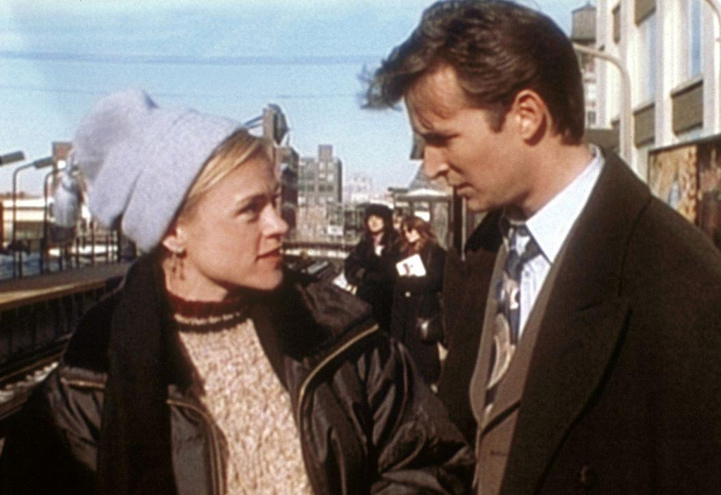 Carter (Christine Elise, l.) teilt Carter (Noah Wyle, r.) mit, dass sie möglicherweise schwanger ist ... - Bildquelle: TM+  WARNER BROS.