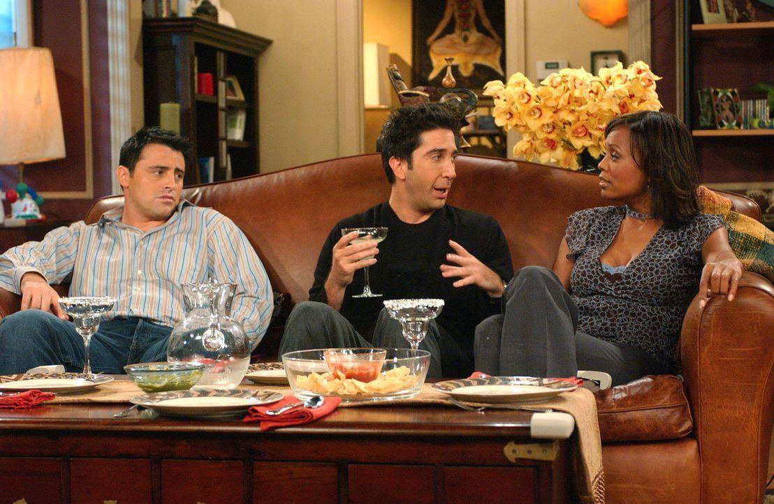 Joey (Matt LeBlanc, l.) fühlt sich bei Ross (David Schwimmer, M.) und Charlie (Aisha Tyler, r.) etwas fehl am Platz ... - Bildquelle: 2003 Warner Brothers International Television