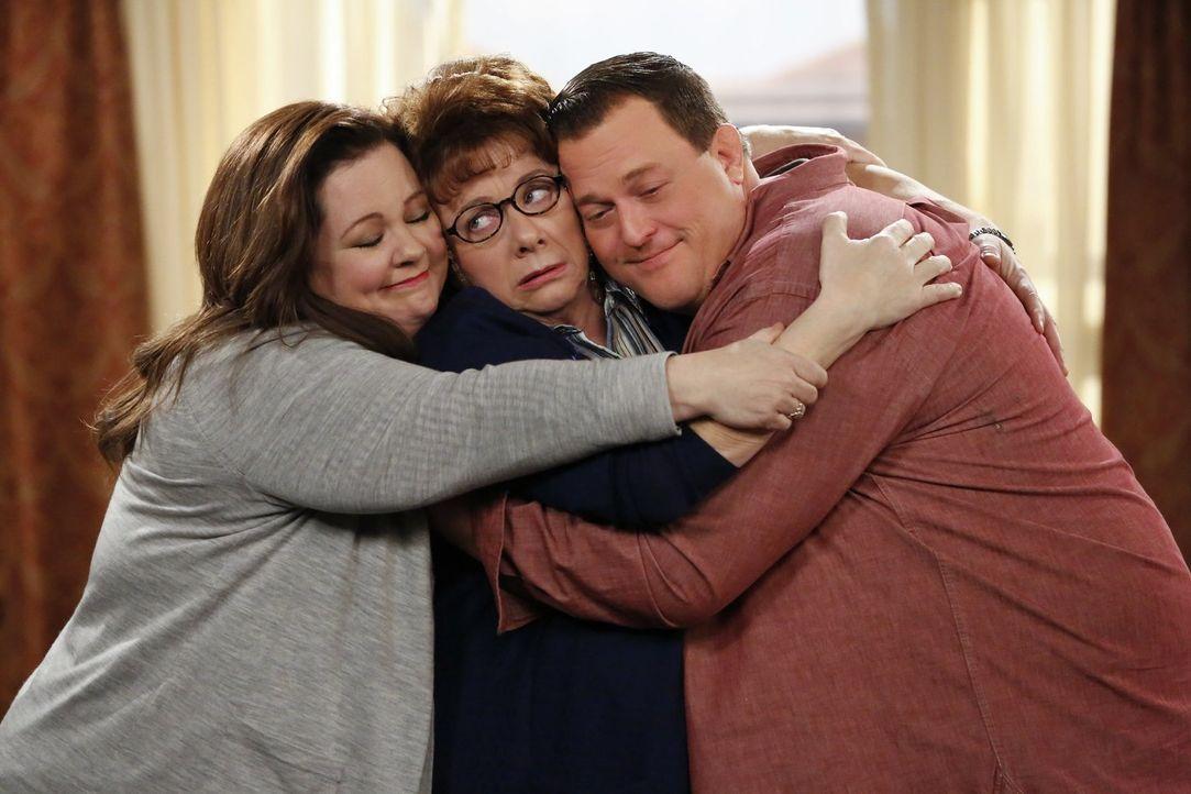 Haben es nicht immer leicht miteinander: Molly (Melissa McCarthy, l.), Mike (Billy Gardell, r.) und Peggy (Rondi Reed, M.) ... - Bildquelle: Warner Brothers