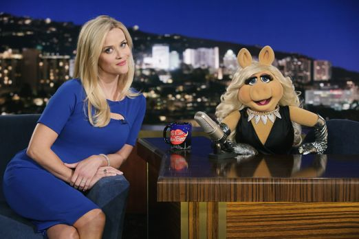 """The Muppets - Reese Witherspoon (l.) ist bei """"Up Late with Miss Piggy&qu..."""
