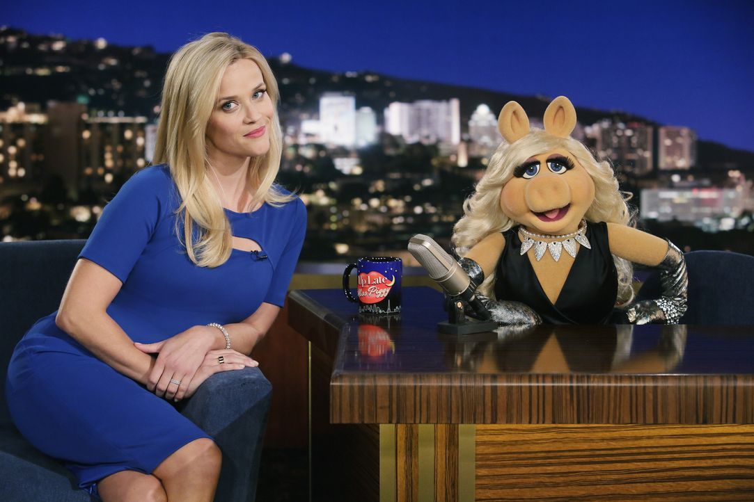 "Reese Witherspoon (l.) ist bei ""Up Late with Miss Piggy"" zu Gast. Doch seit die Schauspielerin die weibliche Hauptrolle in ""Walk the Line"" Miss Pigg... - Bildquelle: Nicole Wilder ABC Studios"