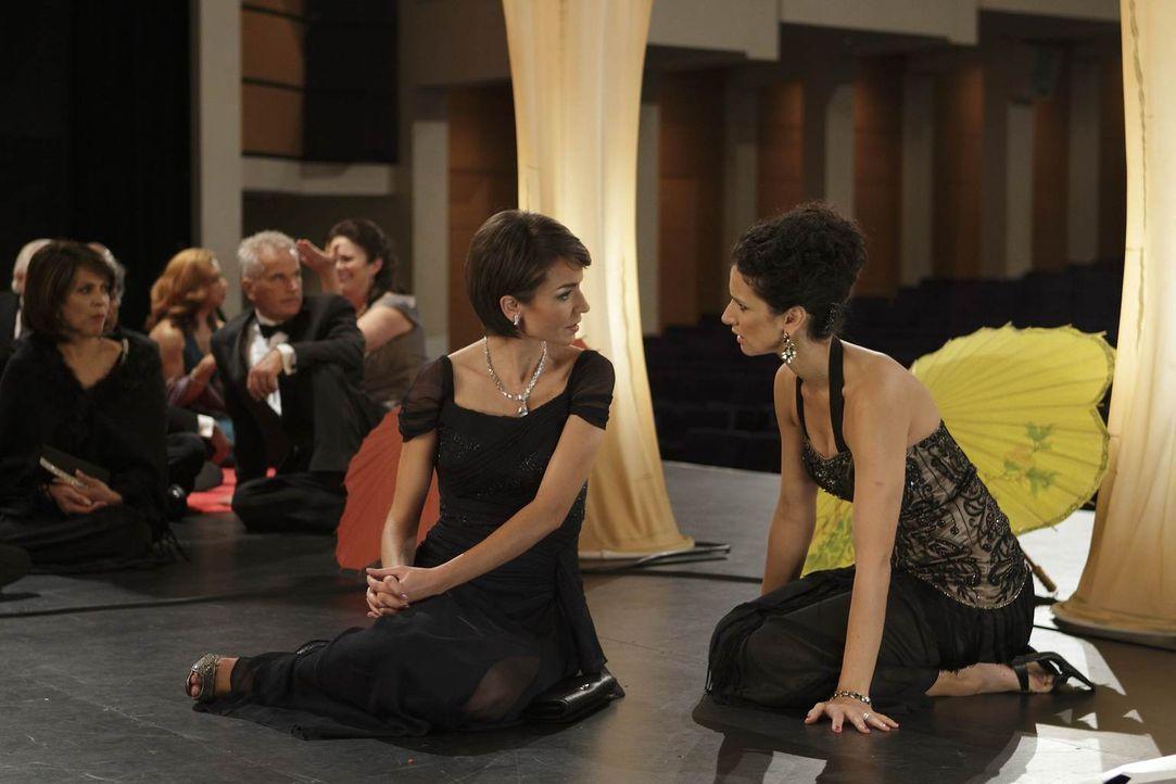 Im Opernhaus erleben Ilsa (Indira Varma, r.) und Connie (Olga Sosnovska, l.) ein Drama hautnah ... - Bildquelle: 2011  Warner Bros.