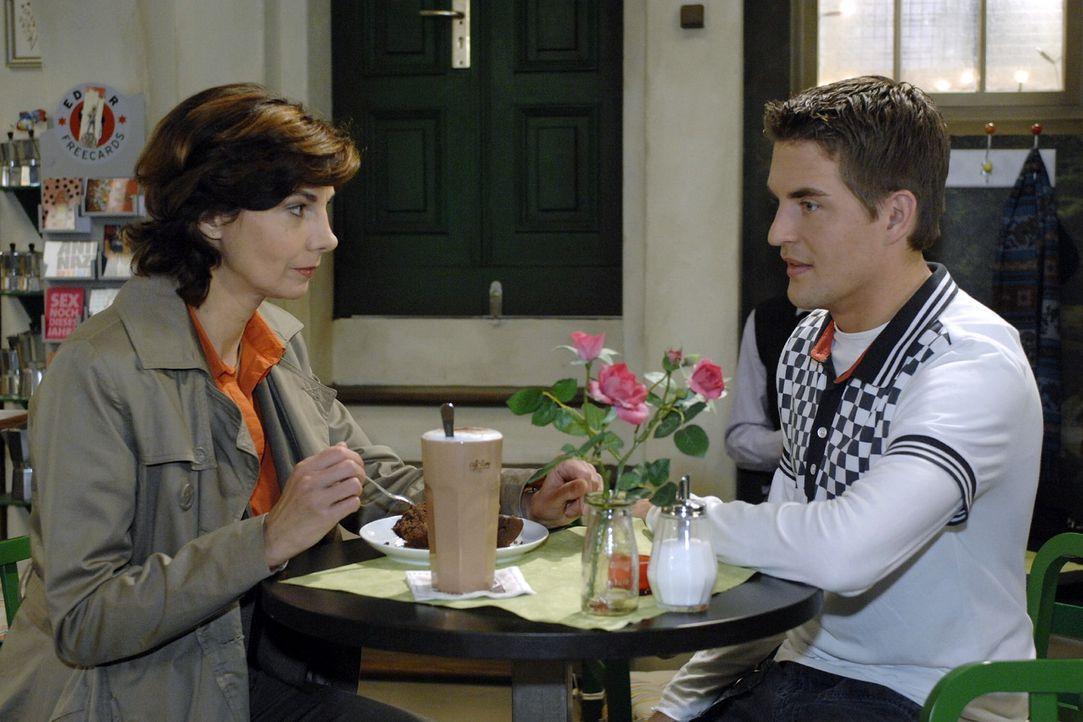 Die frustrierte Steffi (Karin Kienzer, l.) berichtet Lars (Alexander Klaws, r.) von ihren Sorgen um ihre Beziehung zu Ulrich. - Bildquelle: Oliver Ziebe Sat.1
