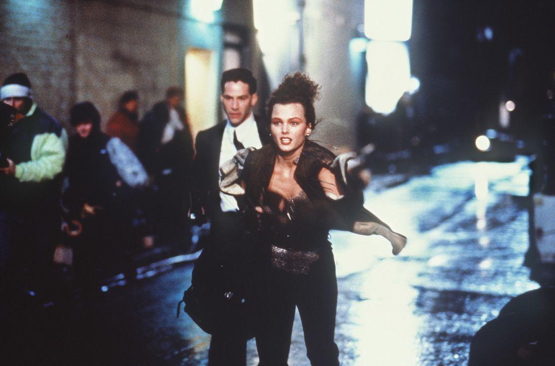 Auf der Flucht: die Datenkuriere Johnny (Keanu Reeves, l.) und Jane (Dina Meyer, r.) ... - Bildquelle: 20th Century Fox