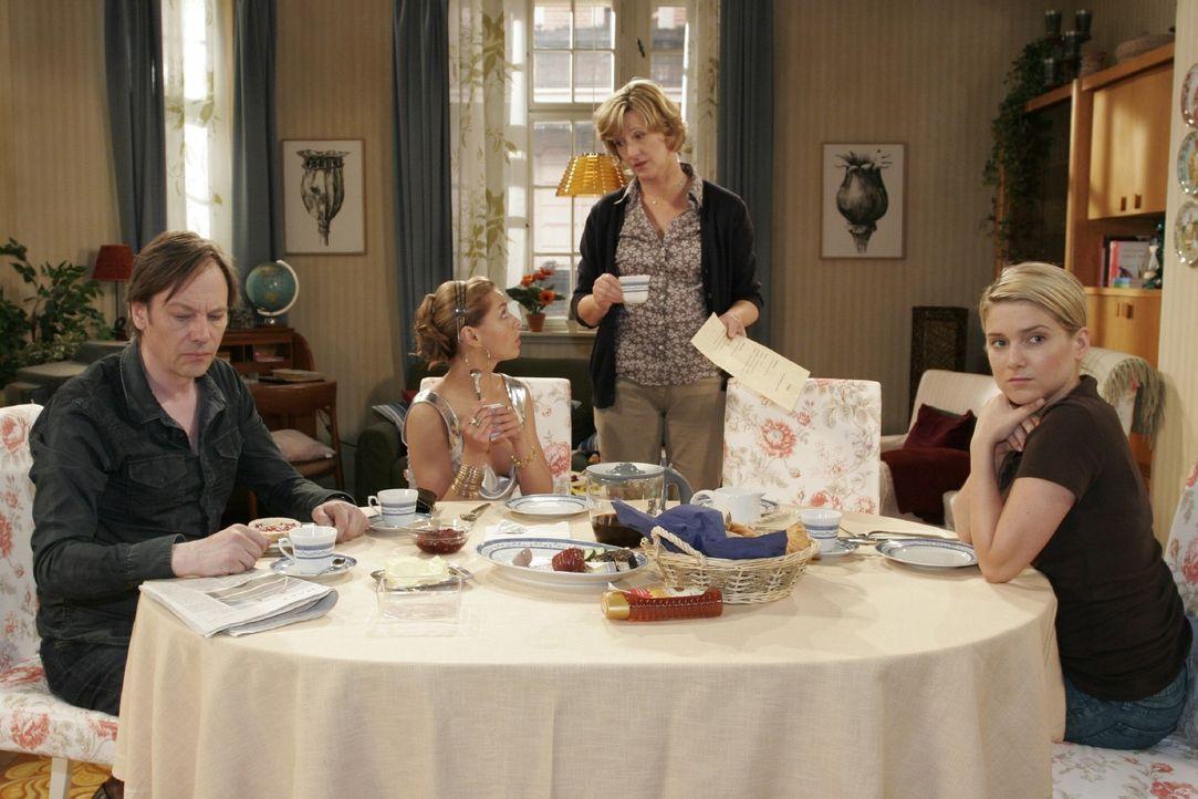 Am Frühstückstisch dreht sich alles um Annas verwöhnte Halbschwester Katja. v.l.n.r.: Armin (Rainer Will), Katja (Karolina Lodyga), Susanne (Heike J... - Bildquelle: Noreen Flynn Sat.1